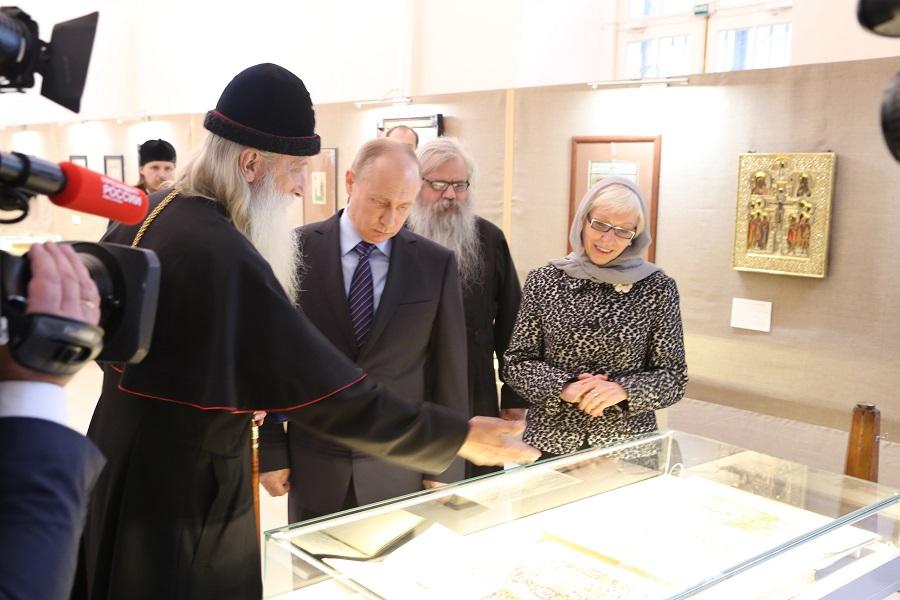 Президент РФ Владимир Путин осматривает выставку памятников старообрядческой культуры XVI-XX веков, 31 мая 2017