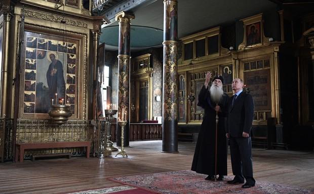 В.В. Путин и митрополит Корнилий (Титов) в Покровском храме на Рогожском. 31 мая 2017 года