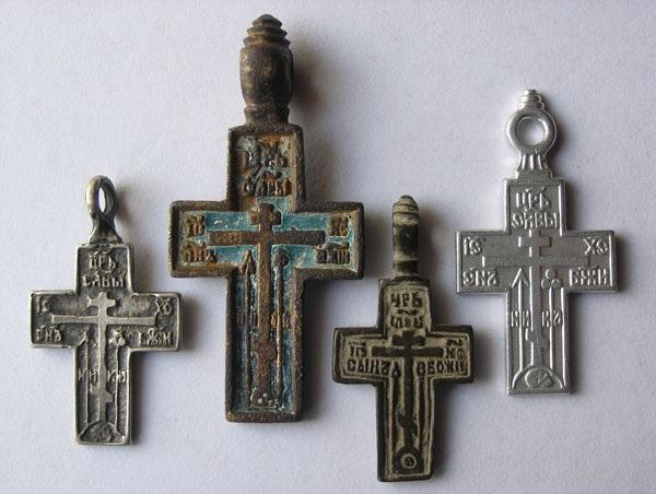Примеры старообрядческих крестов разных времен (фото с сайта www.mednyobraz.ru)