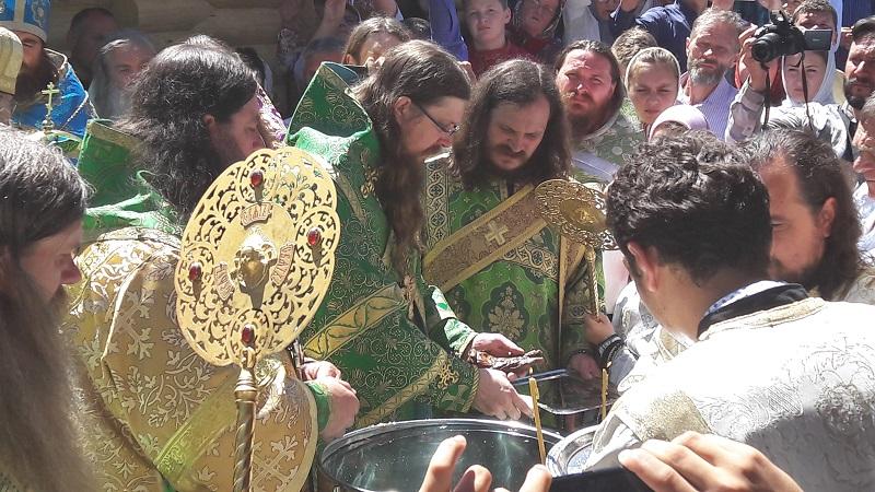 Митрополит Леонтий совершает чин омовения мощей в монастыре преподобного Паисия Великого (Румыния) в июле 2017 года
