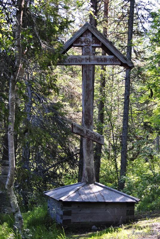 Поклонный крест у святого источника преподобного Елеазара Анзерского (остров Анзер). Крест, сохранившийся до наших дней, установлен 6 ноября 1917 года