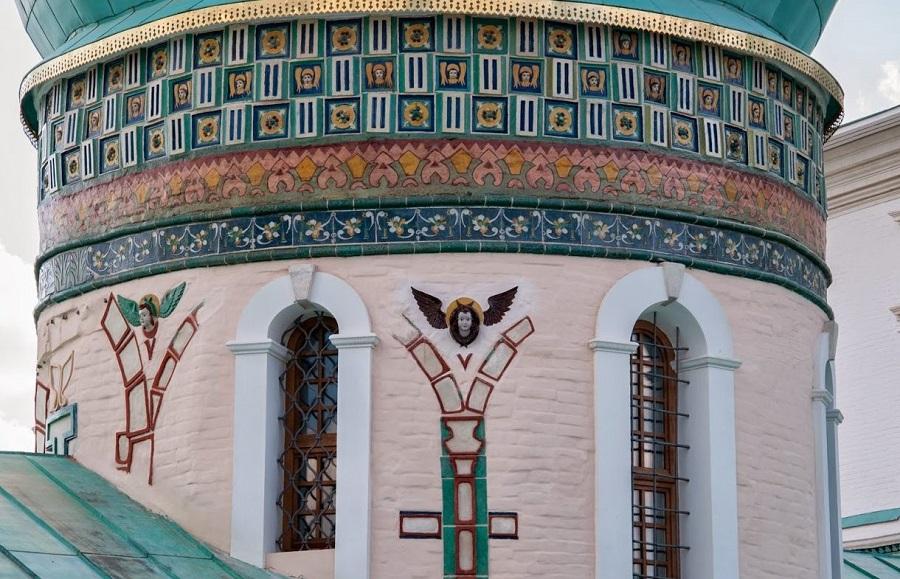 Керамическое убранство фасада Воскресенского собора Ново-Иерусалимского монастыря