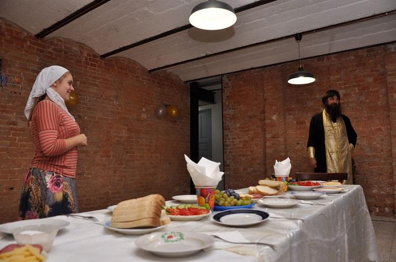 В помещении благотворительной столовой при Покровской старообрядческой общине г. Ростова-на-Дону. Здесь проходят бесплатные обеды для нуждающихся и бездомных