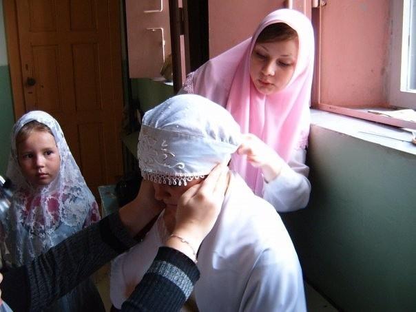 Надевание повойника — один из центральных моментов свадьбы