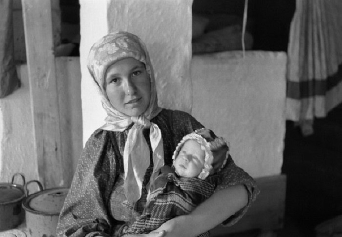 Ямадзоэ Сабуро. Марья Ануфриева с сыном Федей. Село Романовка, Маньчжурия. 1938–1941 годы