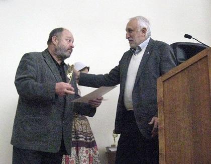 Президент кинофестиваля Н.Досталь вручает награду актеру В. Ильину