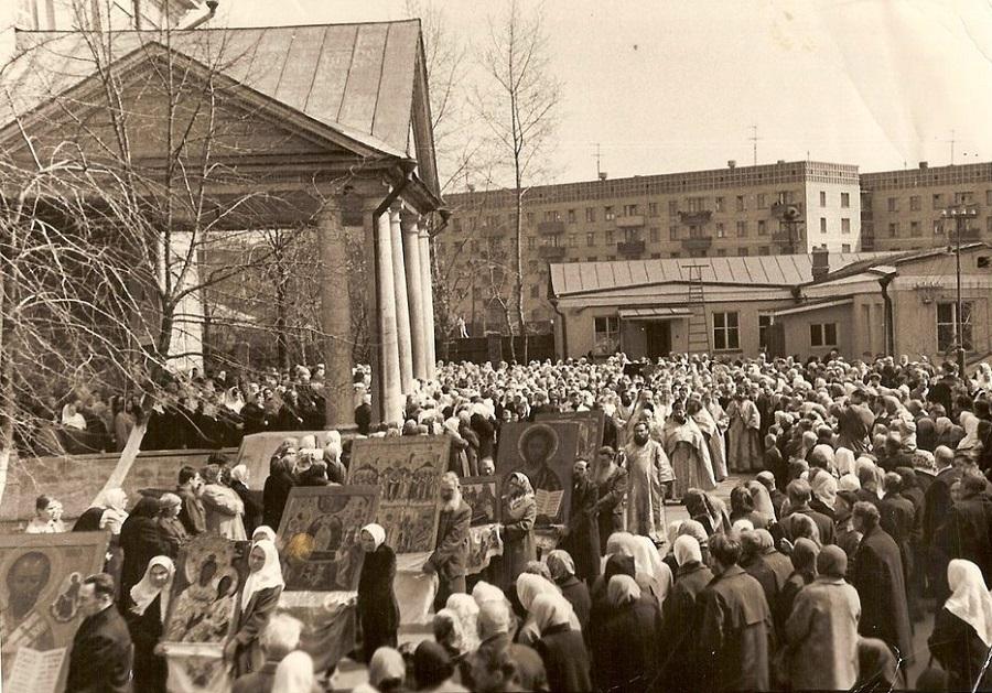 Крестный ход на Жен-Мироносиц вокруг Покровского кафедрального собора. 70-летие распечатывания старообрядческих алтарей. 1976 г.