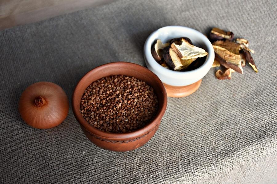 Лук, гречневая крупа и белые сушеные грибы