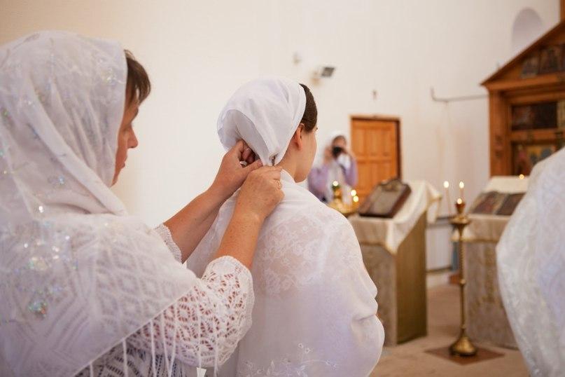 На невесту надевают кичку (повойник)