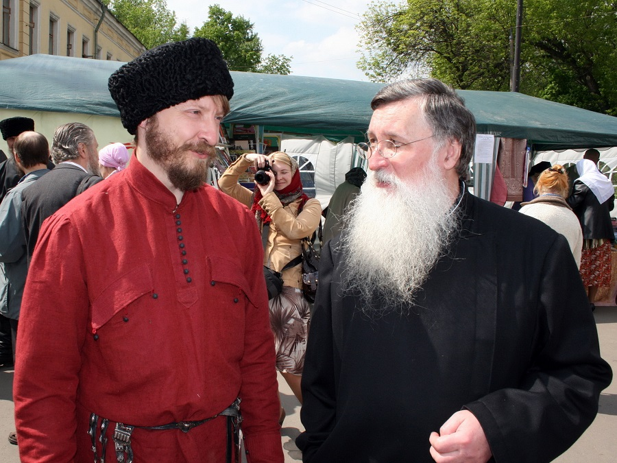 Александр Васильевич Антонов (справа)