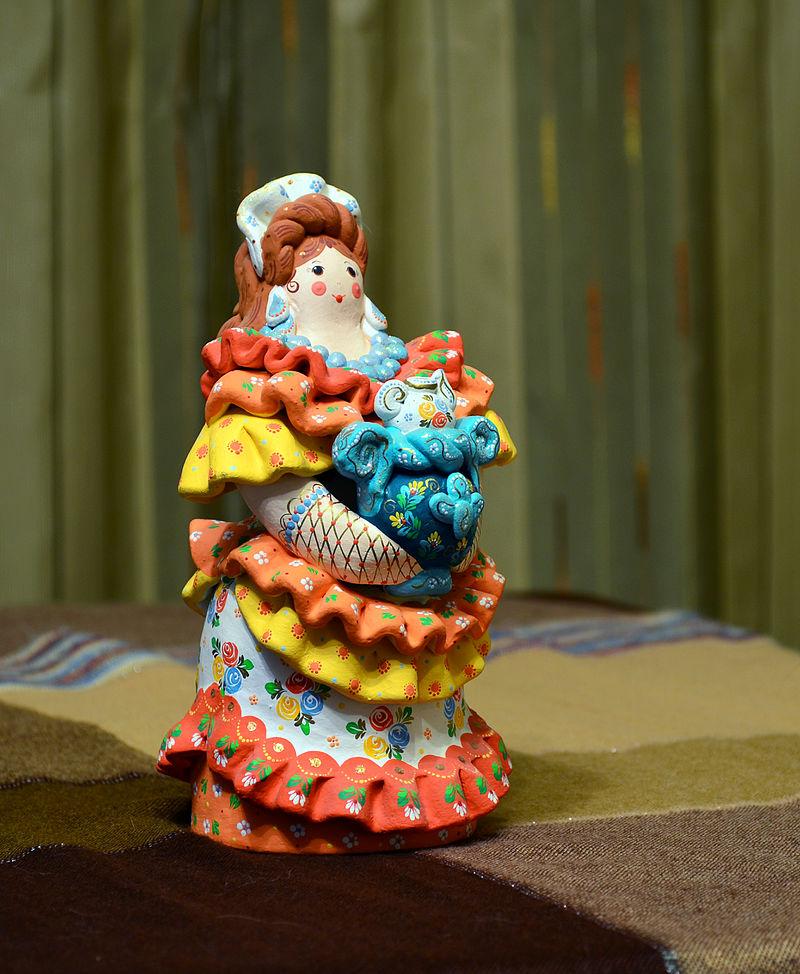 Дымковская народная игрушка «Девушка с самоваром»