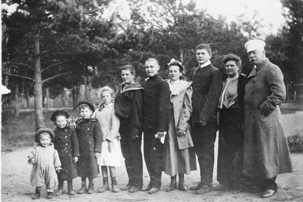 Николай �ванович Прохоров (1860–1915) с семьей на даче. Вероятно, 1907 год