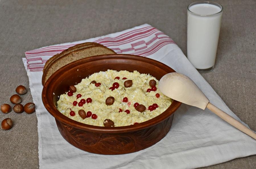 Пшенная каша с творогом, с добавлением красной смородины и фундука