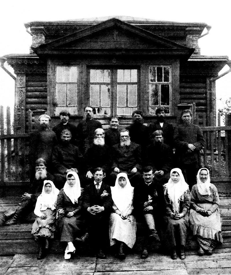 Группа активных прихожан и певчих на фоне старообрядческого храма в с. Борисово, 1928 год