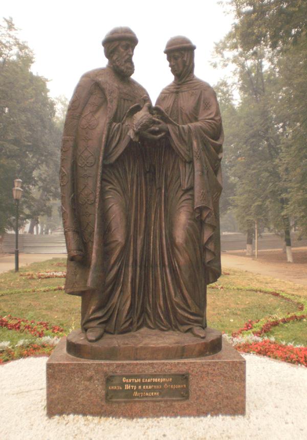 Памятник святым Петру и Февронии в Ярославле