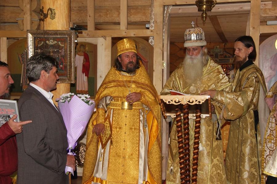 Глава поселка благодарит предстоятеля Церкви