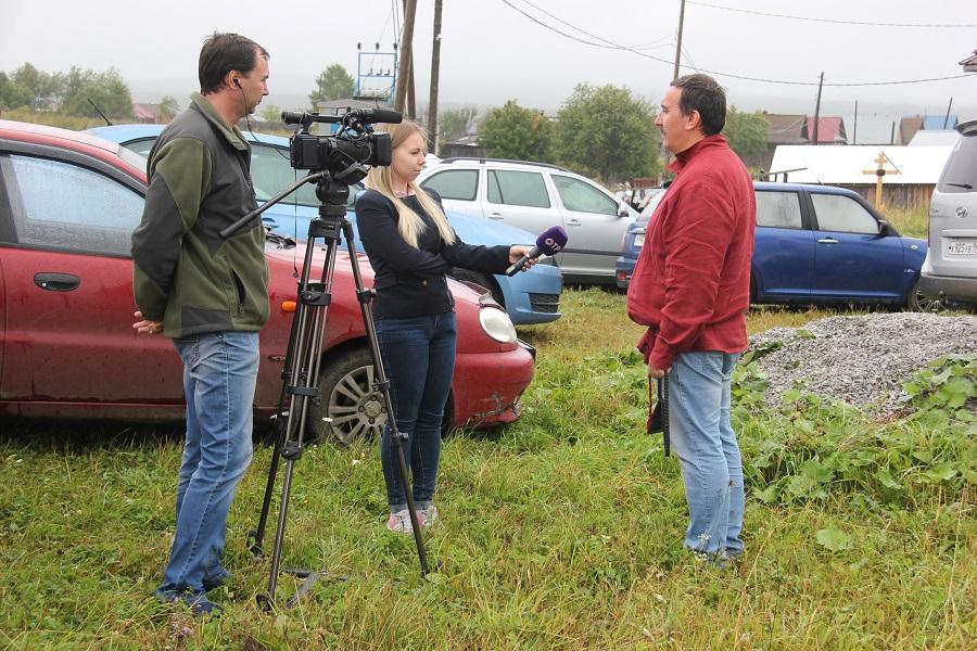 Алексей Сюкосев дает интервью журналистам-телевизионщикам