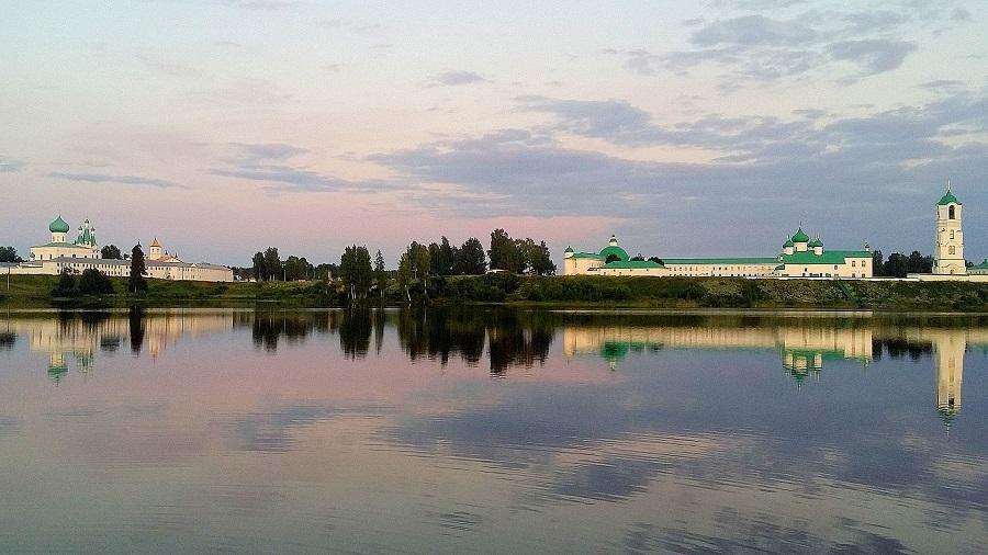 Свято-Троицкий Александро-Свирский монастырь. Вид на монастырь с берега Рощинского озера