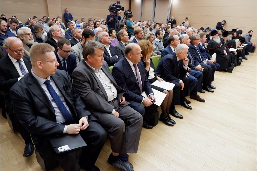 В зале конференции
