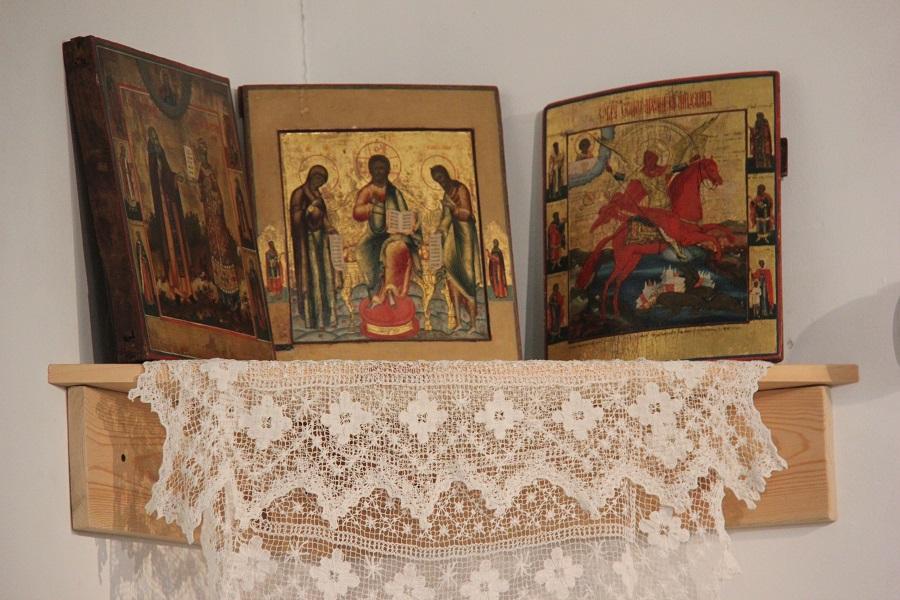 Красный угол с Невьянскими иконами