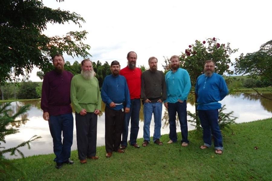 Авраам Калугин (в центре) с другими русскими староверами в Бразилии. Фото: facebook.com/abrao.kalugin