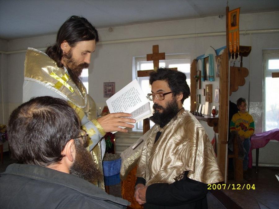 4 декабря 2007 года. Виктор Смольников во время хиротесии в чине свещеносца