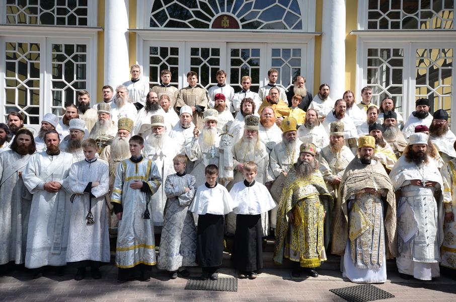 На фото диаконы и священники разных возрастов, не всем священникам есть 30 и не всем диаконам есть 25