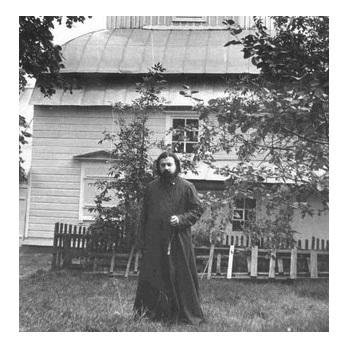 Отец Евгений Бобков у храма в Гомеле