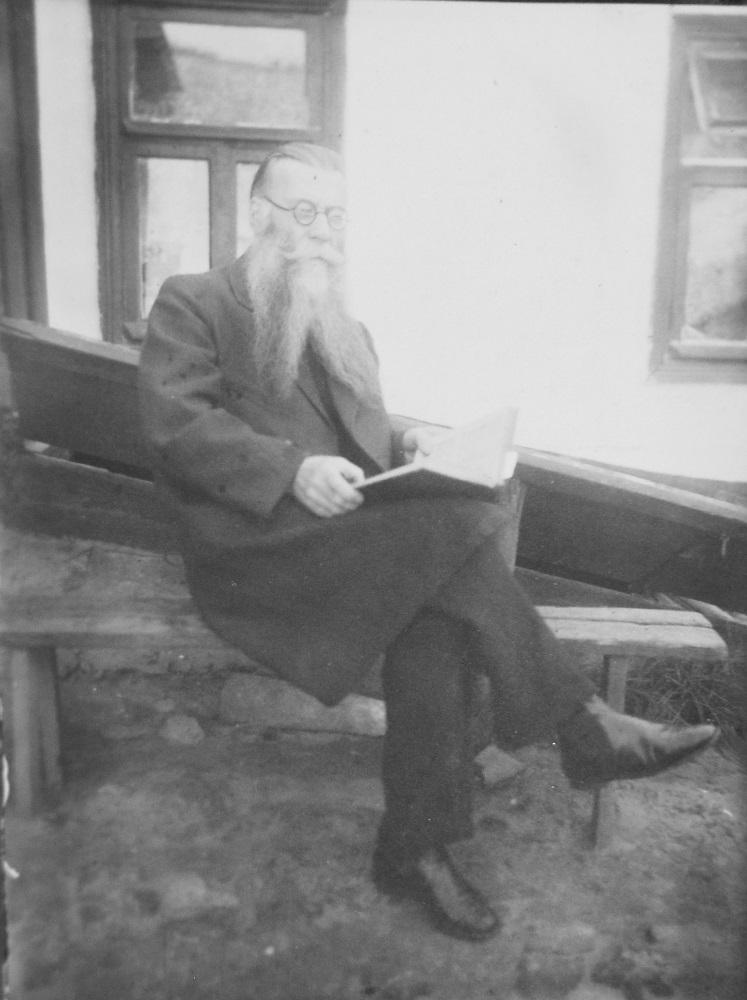Федор Ефимович Мельников с книгой. Измаил (?). 1934 г. (?) (фотография из частного архива, г. Браил)