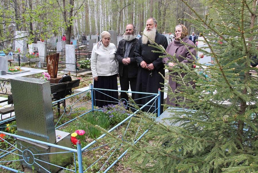 Поминовение усопших на кладбище. Фото М. Гусева