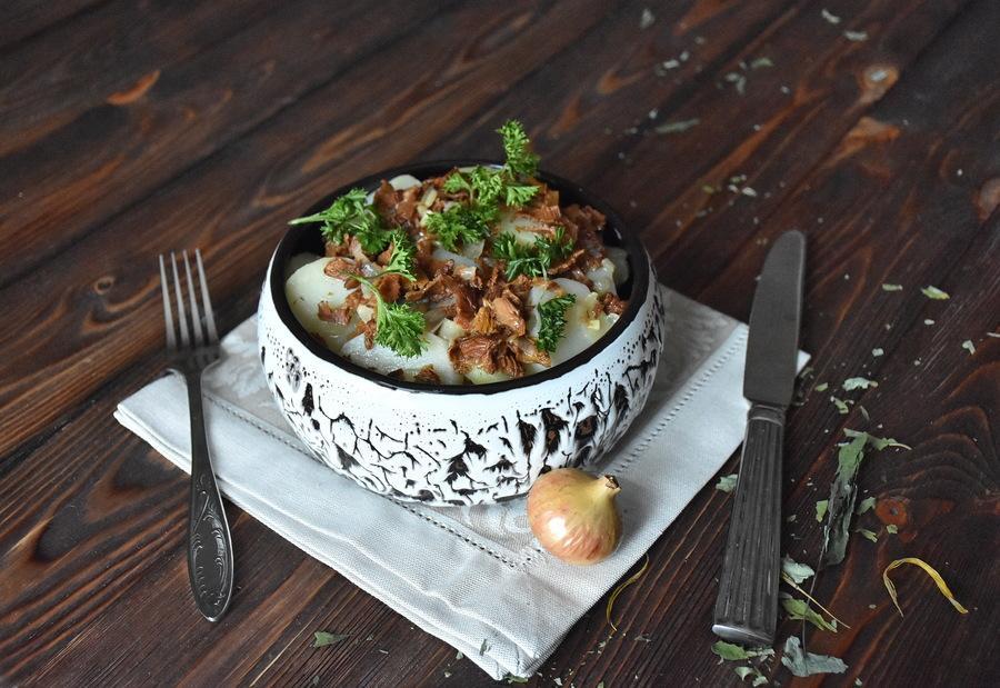 Разварной картофель сгрибным соусом