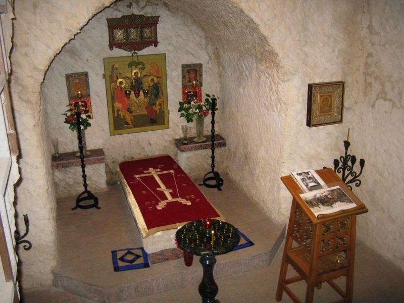 Место погребения преподобномученицы Феодоры с надгробной плитой XVII века. Боровск,