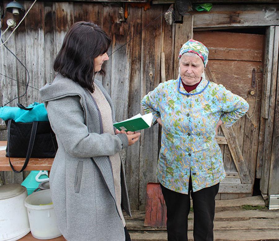 Вера Копытова беседует со старожилом деревни Майей Пыстиной